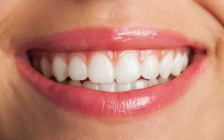 primer-plano-de-una-sonrisa-perfecta_1149-1021